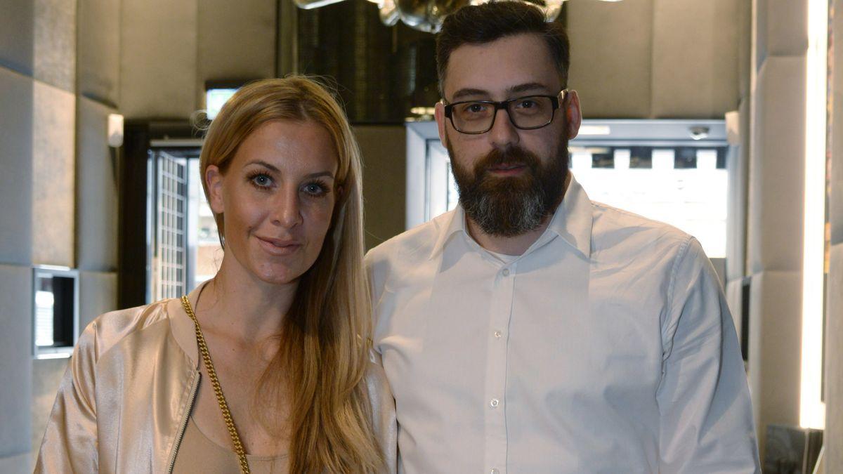 Rapper Sido und seine Ehefrau Moderatorin Charlotte Würdig posieren am 16. Juli 2016,in einem Uhrengeschäft in Frankfurt.