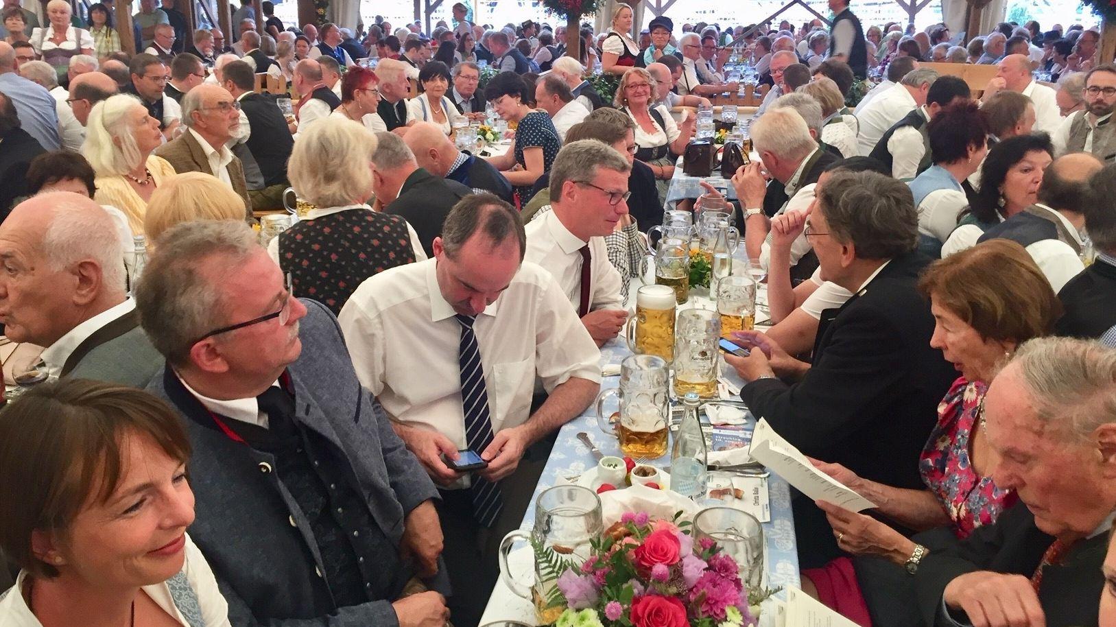 Unter den Gäubodenvolksfest-Besuchern auch Wirtschaftsminister Hubert Aiwanger (Freie Wähler) und Wissenschaftsminister Bernd Sibler (CSU).