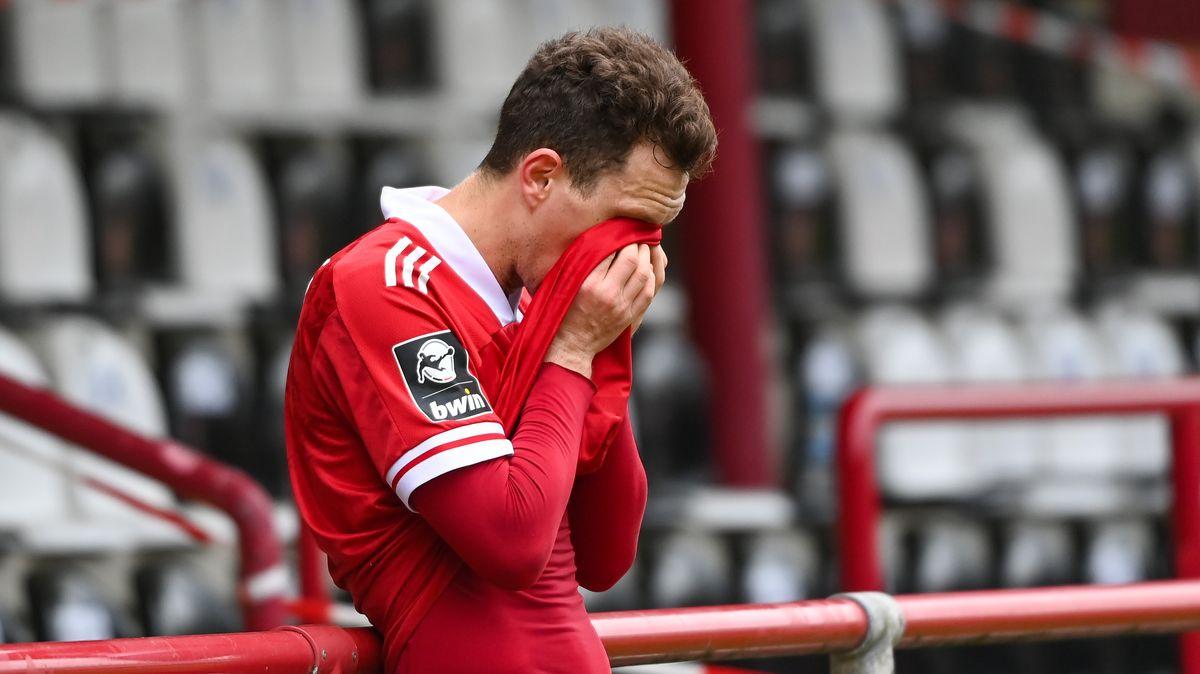 Robert Mueller (SpVgg Unterhaching) enttäuscht bei dem Spiel der 3. Liga zwischen SC Verl und SpVgg Unterhaching