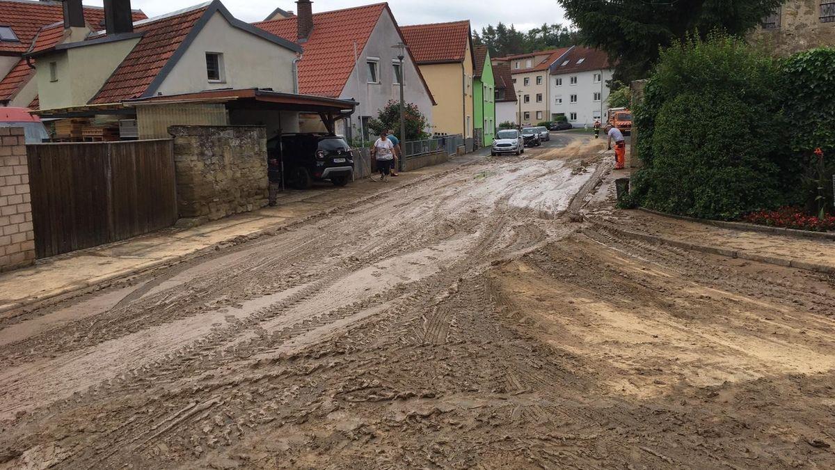 Eine Straße in Estenfeld nach dem Starkregen in der vergangenen Nacht.
