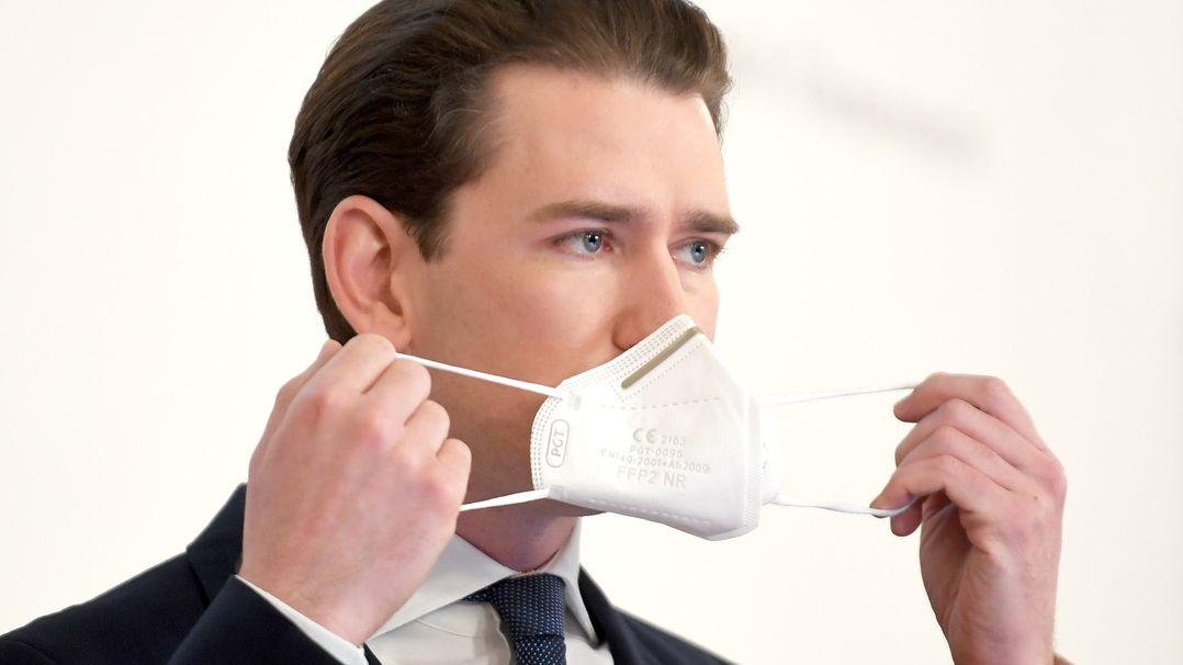 Sebastian Kurz (ÖVP), Bundeskanzler von Österreich, setzt sich bei einer Pressekonferenz seine Mund-Nasen-Bedeckung auf (Archivbild vom 12.2.21)