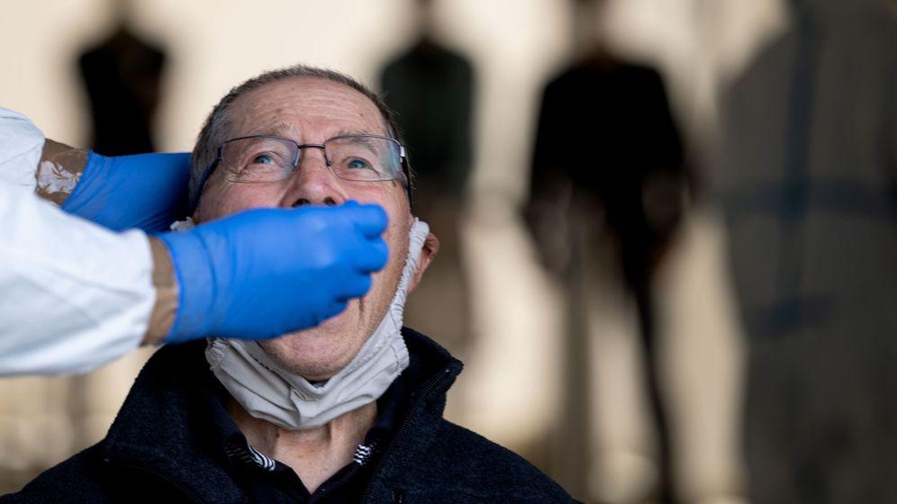 Arzt nimmt für einen Corona-Test einen Rachenabstrich von einem älteren Mann | Bild:dpa-Bildfunk/Marijan Murat