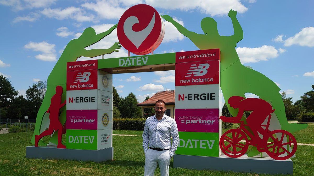 Veranstalter Felix Walchshöfer steht vor dem Zieleinlauf im Rother Triathlonpark.
