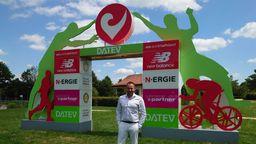 Veranstalter Felix Walchshöfer steht vor dem Zieleinlauf im Rother Triathlonpark. | Bild:Ulrike Nikola / BR
