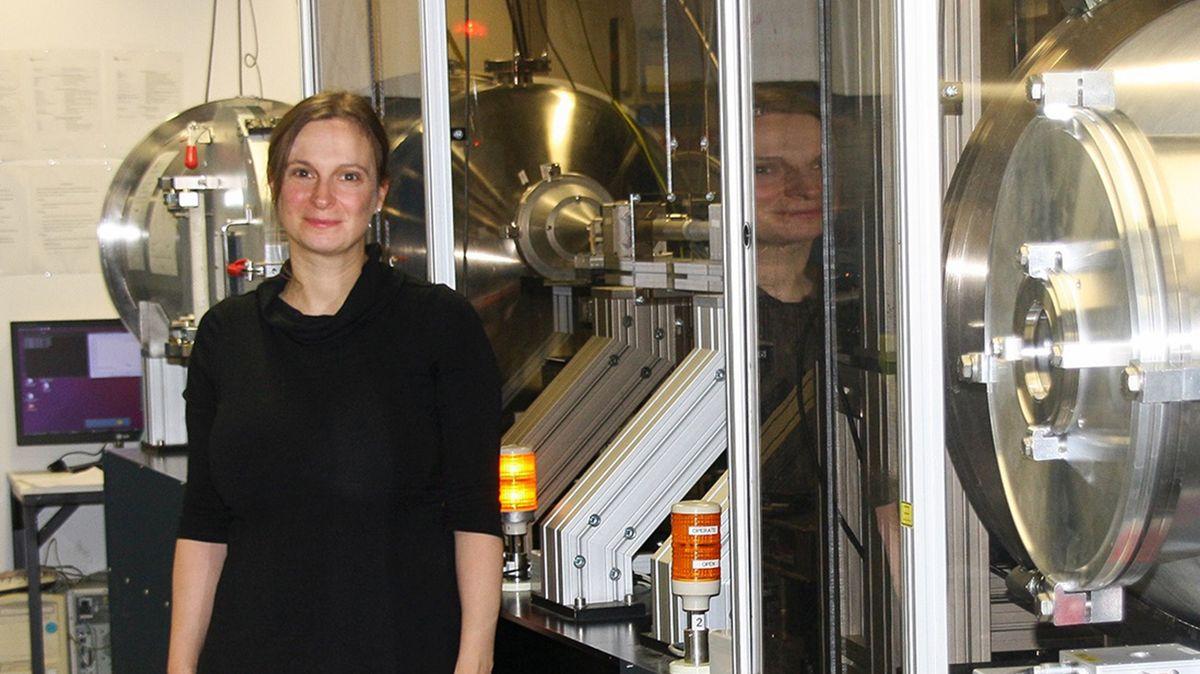 """Juniorprofessorin Anna Schenk an der Röntgenkleinwinkelstreuanlage des Keylabs """"Mesoscale Characterization: Scattering Techniques"""" im Bayerischen Polymerinstitut (BPI)."""