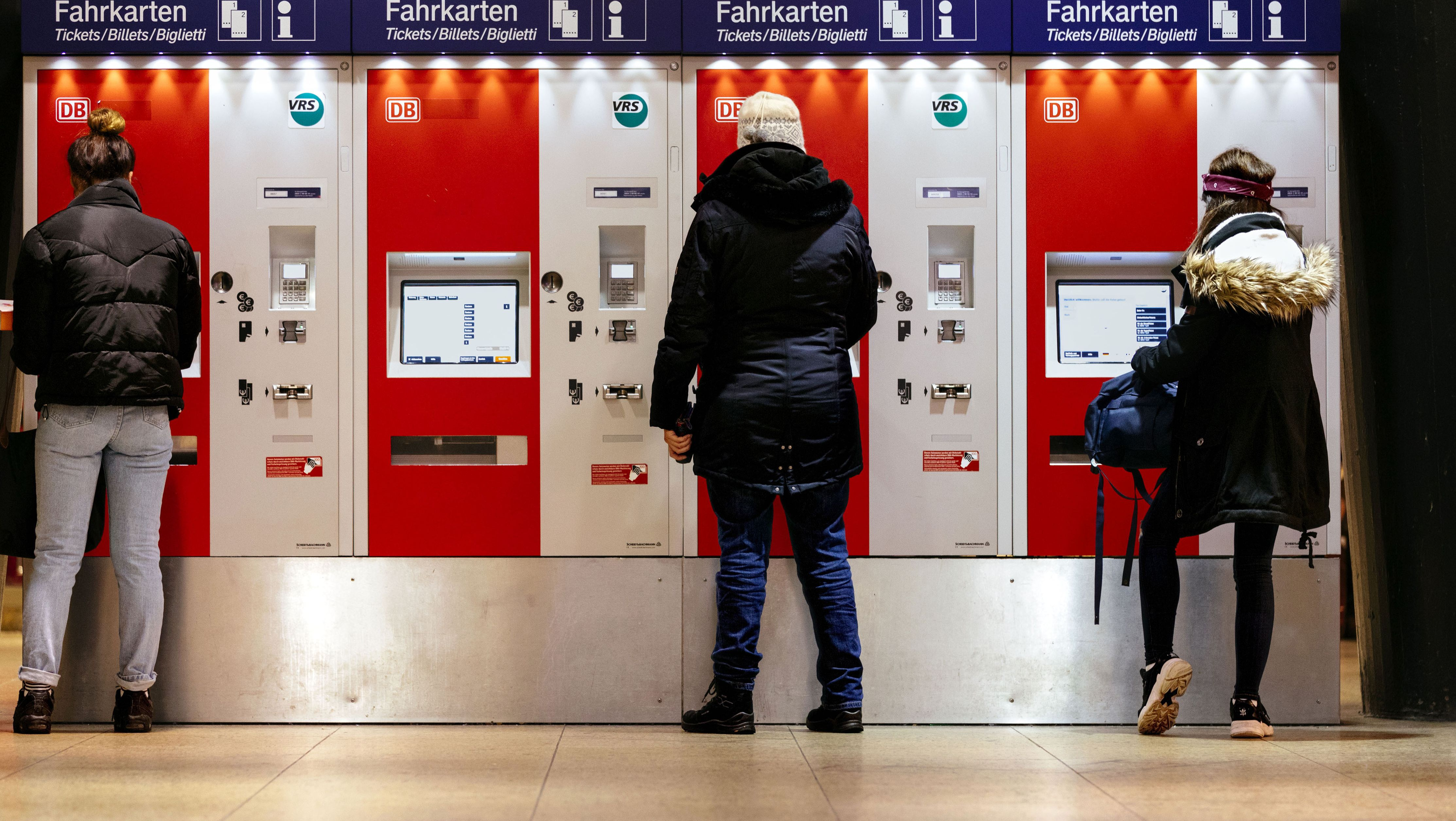 Menschen am Ticketautomaten der Deutschen Bahn