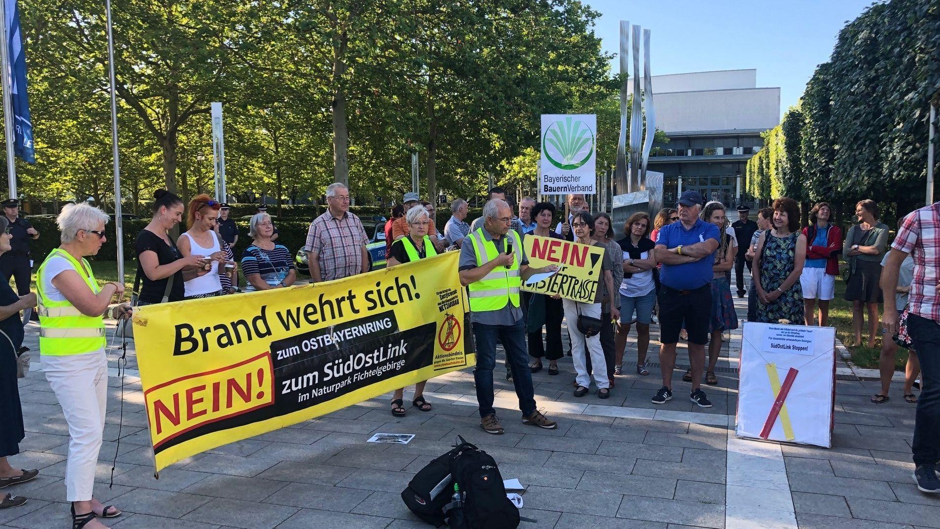 Demonstranten vor der Max-Reger-Halle