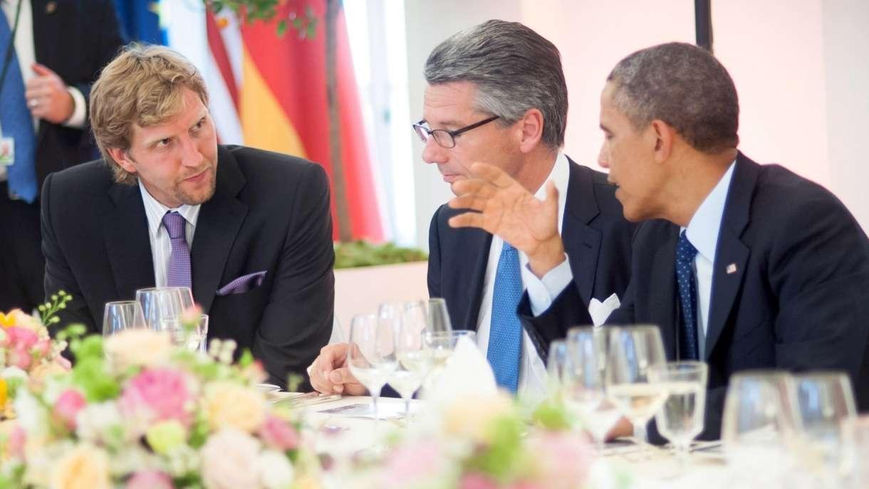 Dirk Nowitzki mit Barack Obama im Schloss Charlottenburg