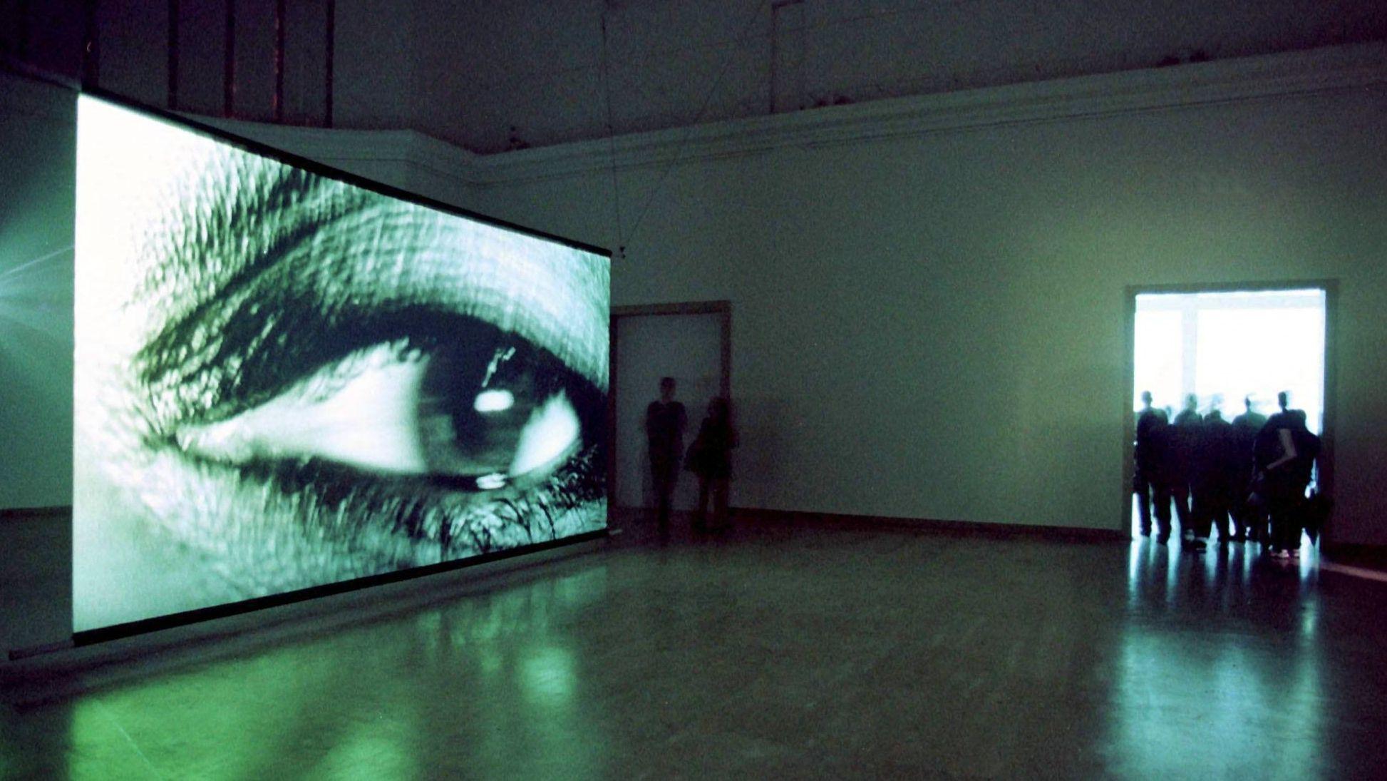 Der deutsche Pavillon 1999: Rosemarie Trockel zeigt eine einstündige Videoinstallation, die sieben Frauenaugen im Großformat zeigt.
