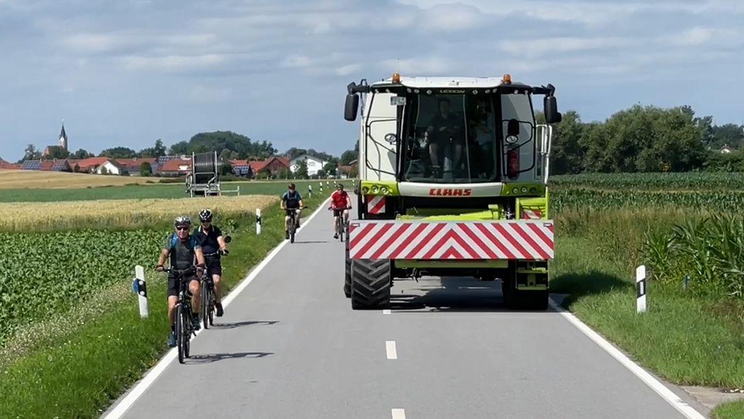 Zur Erntezeit im Sommer sind auf den schmalen Kreis- und Gemeindestraßen im niederbayerischen Gäuboden besonders viele Radfahrer unterwegs.