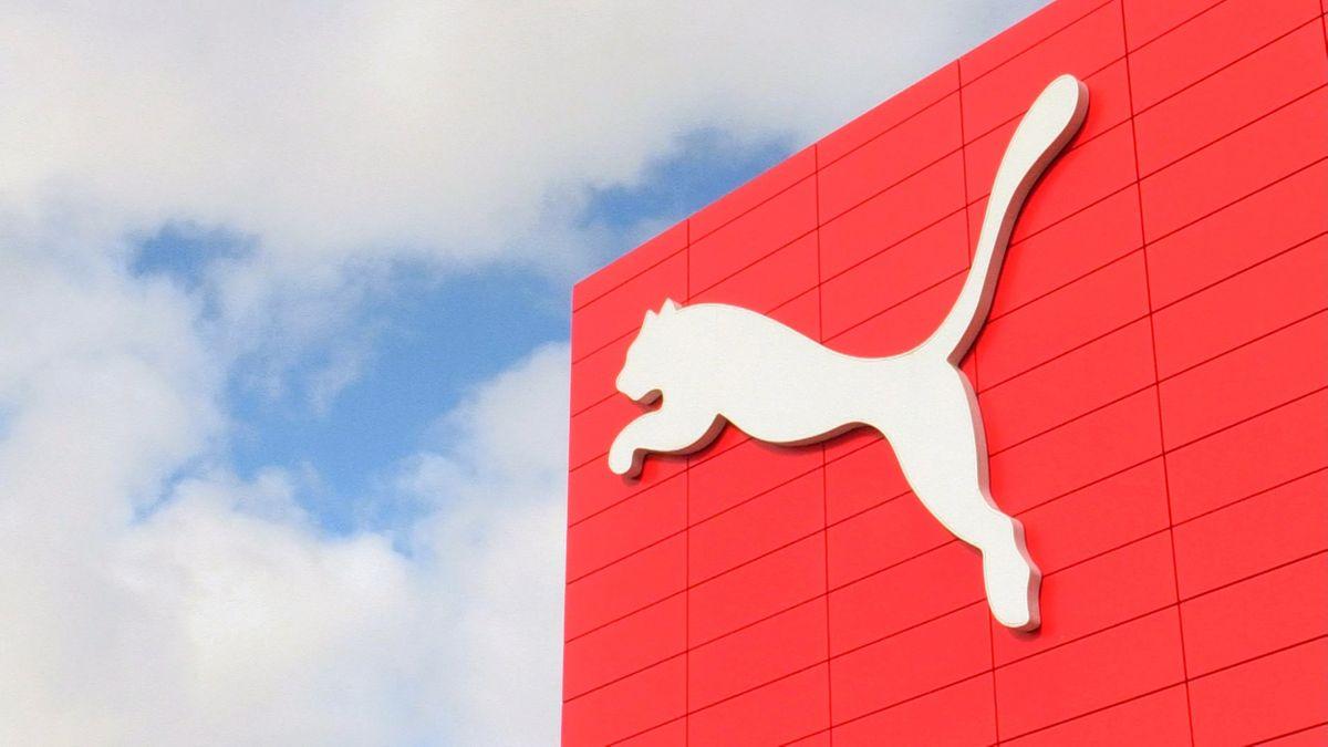 Riesiges Puma-Zeichen auf rotem Gebäude vor blau-weißem Himmel