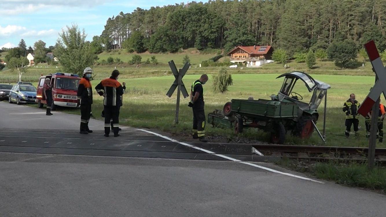 An einem Bahnübergang in Neuendettelsau in Mittelfranken ist ein Traktor mit einem Regionalzug zusammengestoßen. Der Traktorfahrer wurde leicht verletzt, die Zugfahrgäste kamen mit dem Schrecken davon.