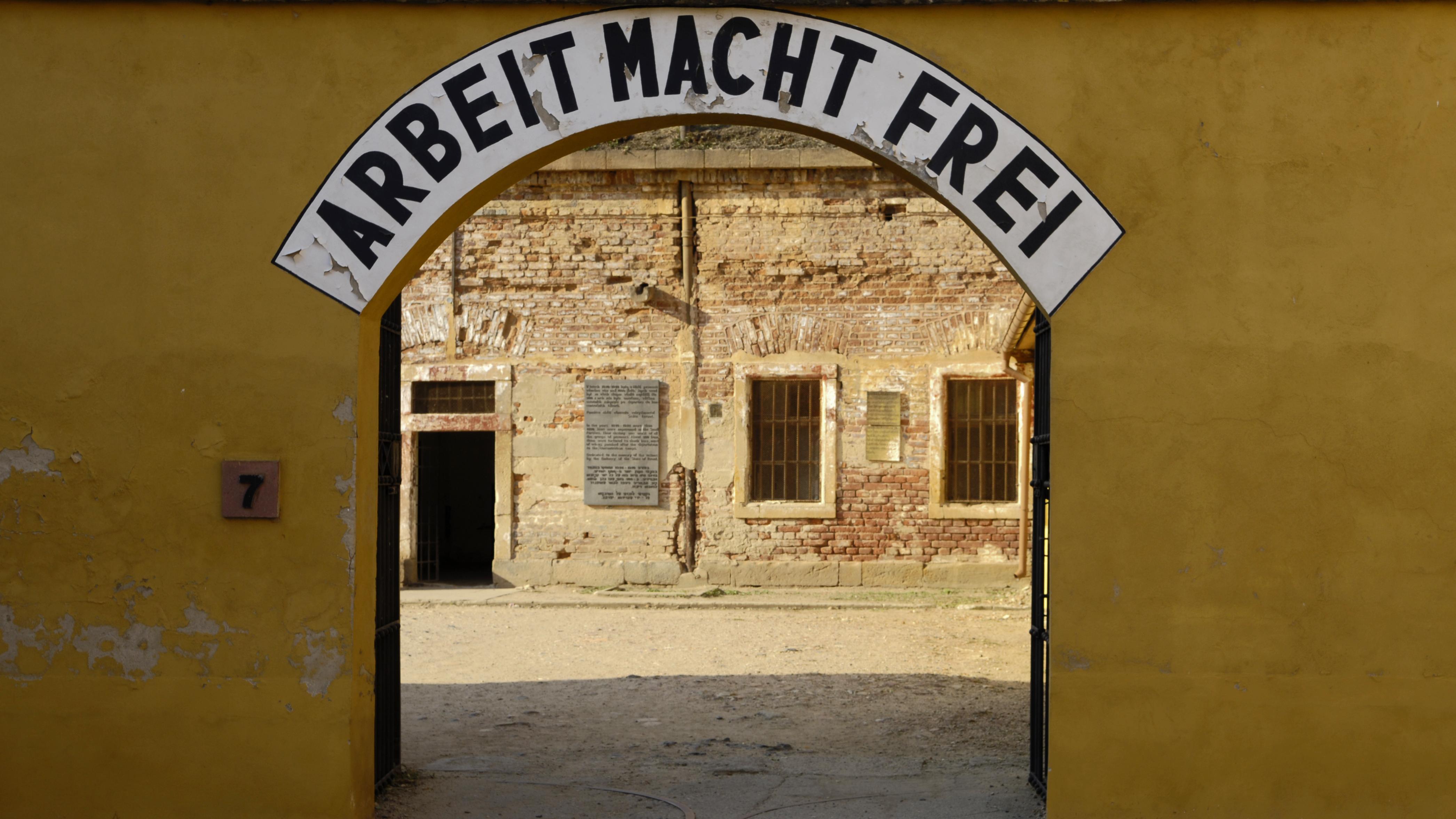 """""""Arbeit macht frei"""" steht über einem Tor in der Gedenkstätte im einstigen Konzentrationslager Theresienstadt. In seinem neuen Buch erzählt Götz Aly vom bayerischen Beamten Siegfried Lichtenstaedter, der dort im Dezember 1942 starb."""
