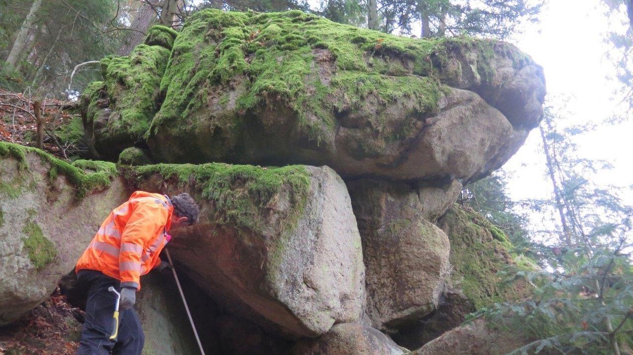Geologen untersuchen Felsen entlang der Kreisstraße bei Neunburg vom Wald