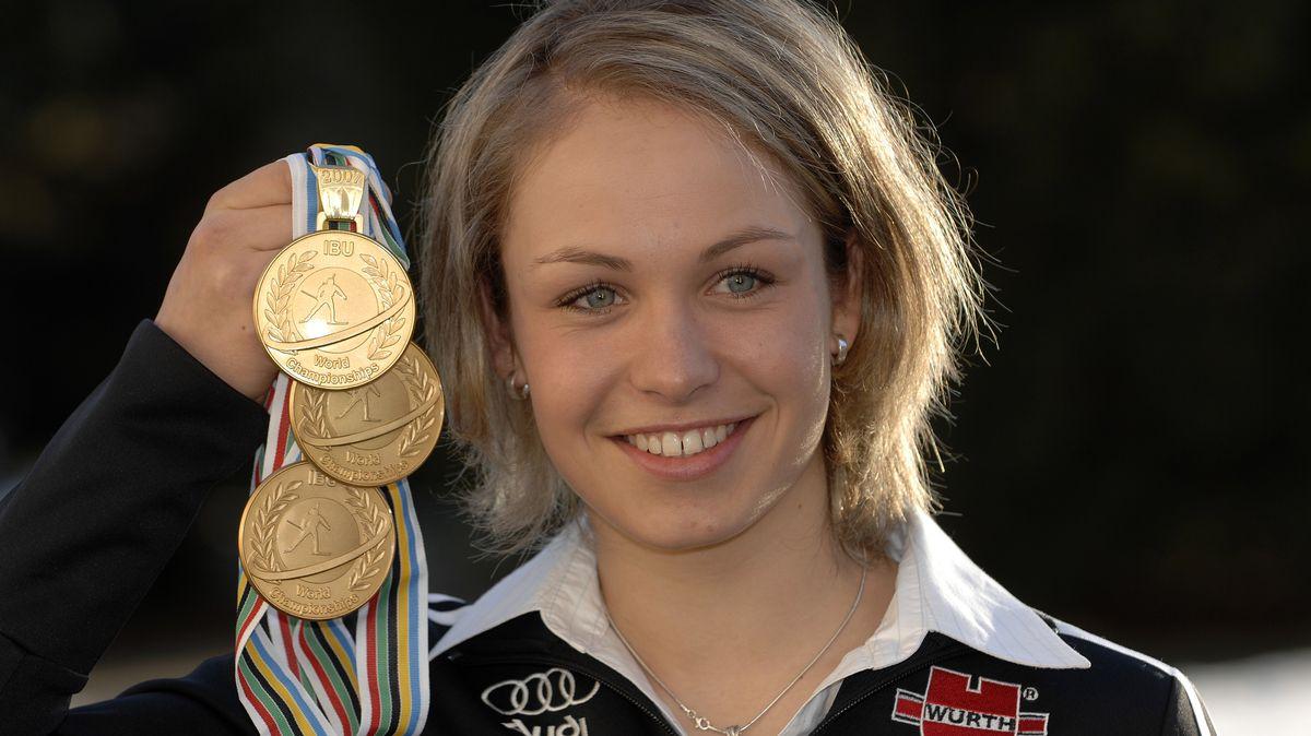 Magdalena Neuner präsentiert ihre drei Goldmedaillen bei der Biathlon-WM 2007 in Antholz.