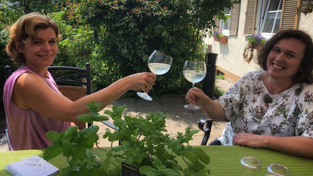 Dillinger Kreisbäuerin Annett Jung (rechts) und BR-Reporterin Judith Zacher mit ihrer selbstgemachten eisgekühlten Limonade.