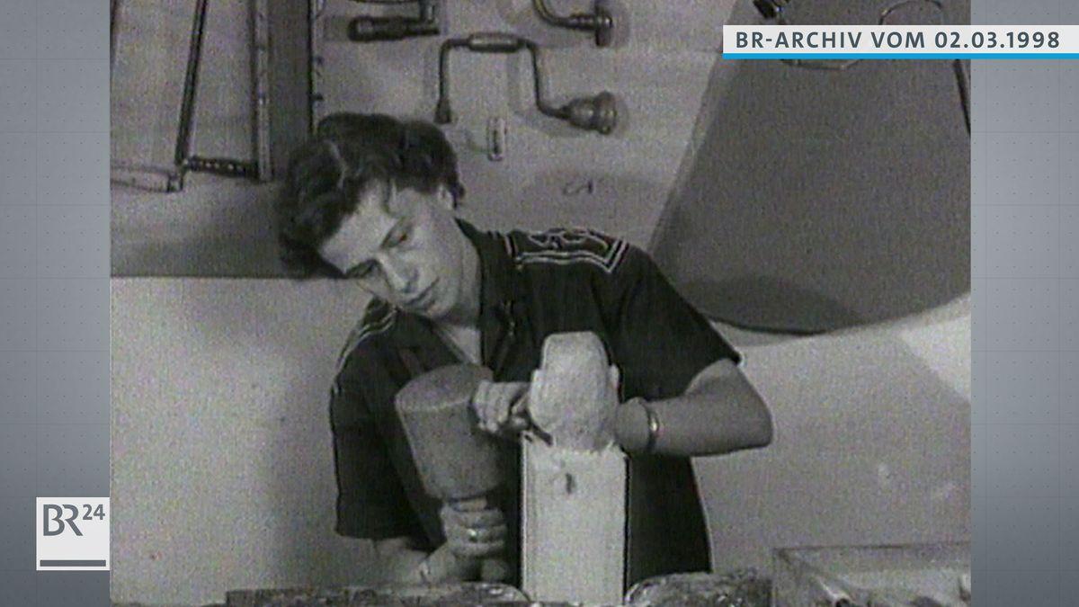 Hannelore Marschall-Oehmichen beim Schnitzen
