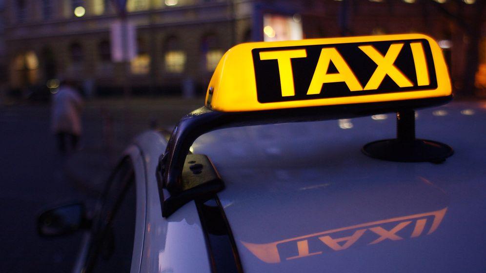 Ein Taxi in einer Stadt bei Nacht | Bild:pa/dpa/Wolfram Steinberg