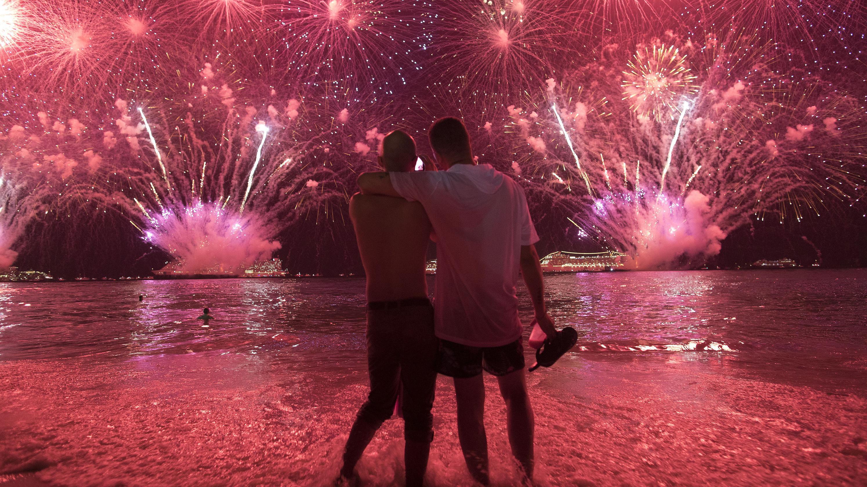 Zwei Männer betrachten das Feuerwerk an der Copa Cabana in Rio den Janeiro.