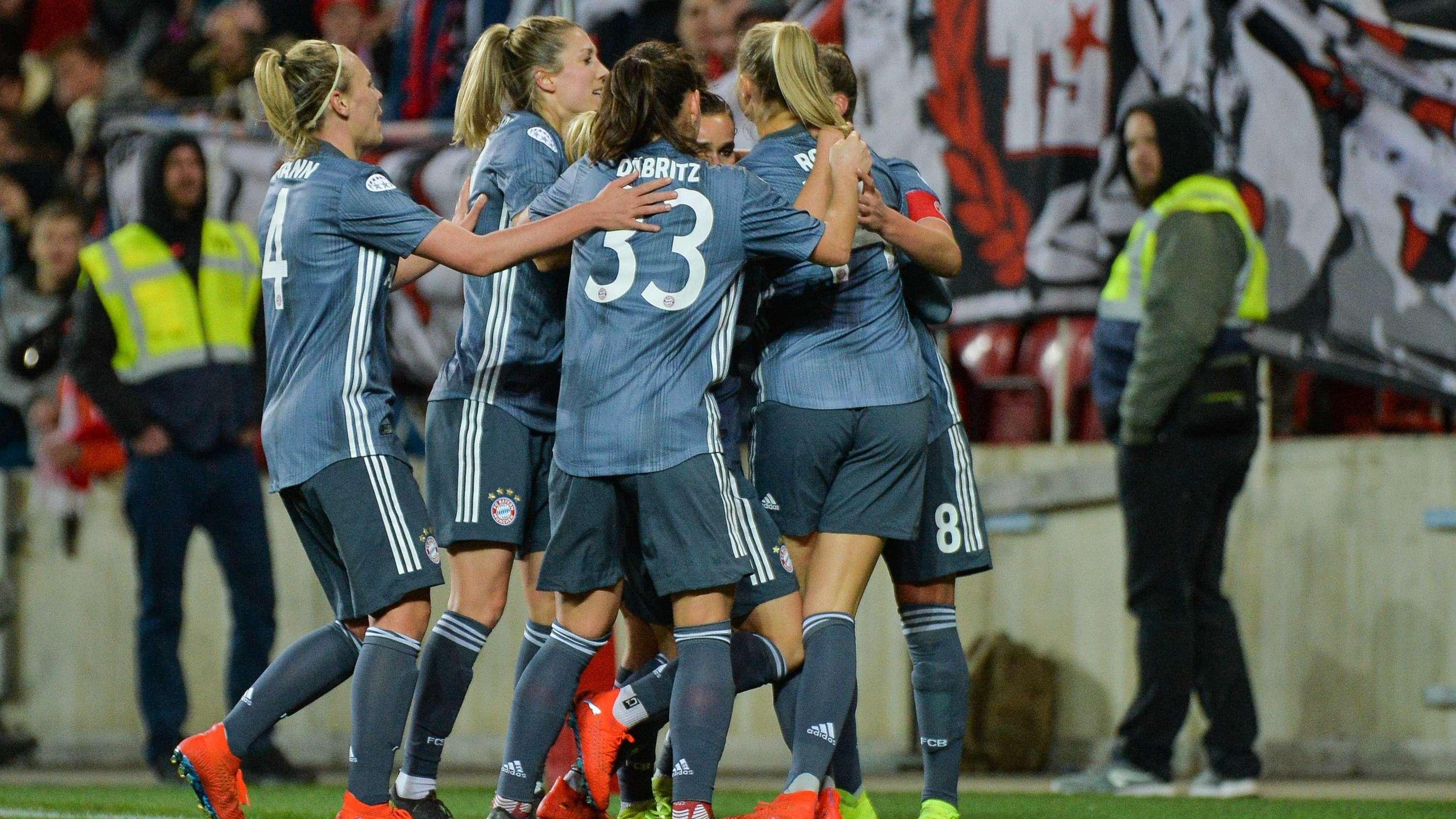 Jubelnde FC-Bayern-Frauen nach dem Remis in Prag