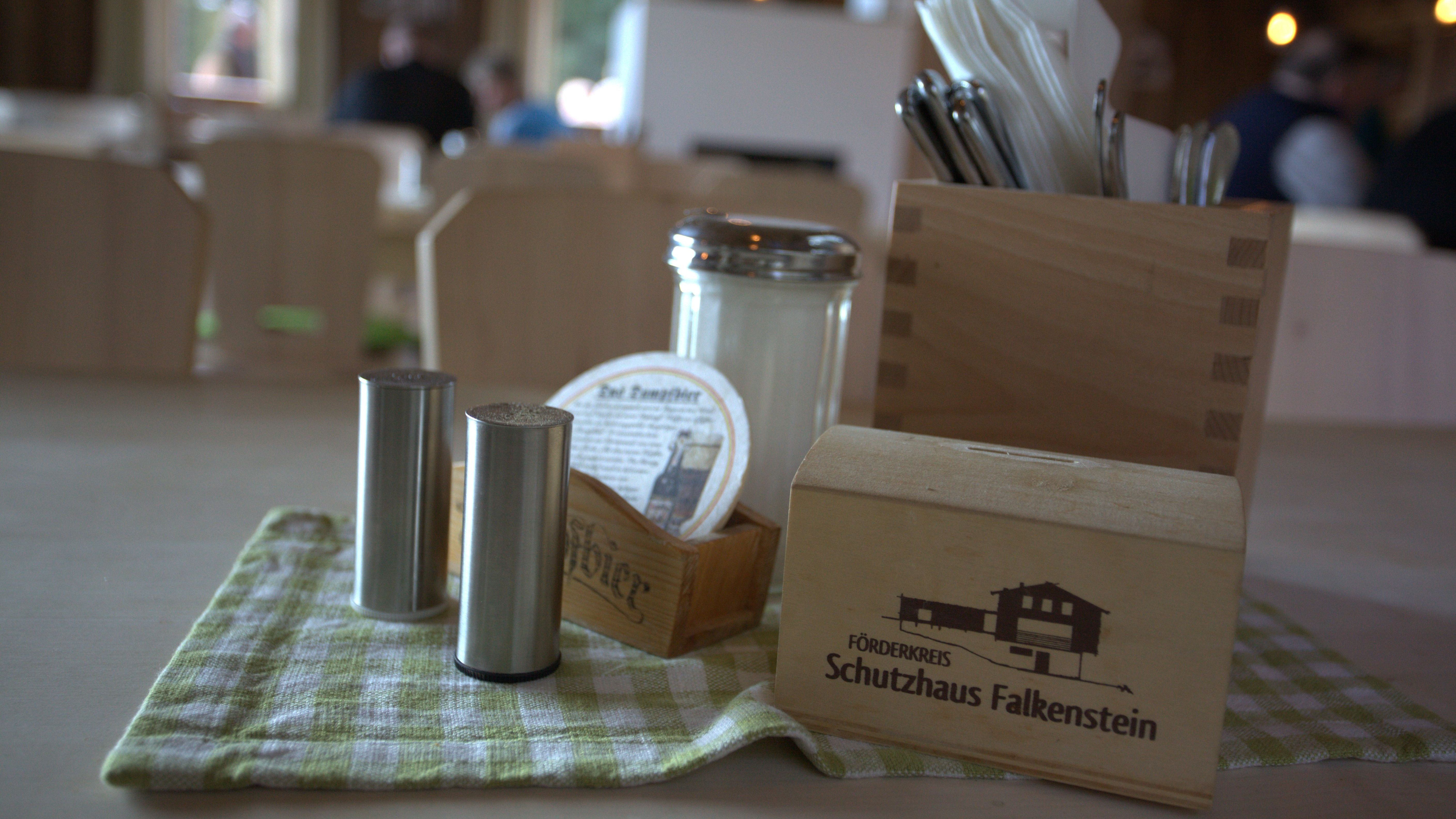 Tischgedeck in der neuen Schutzhütte