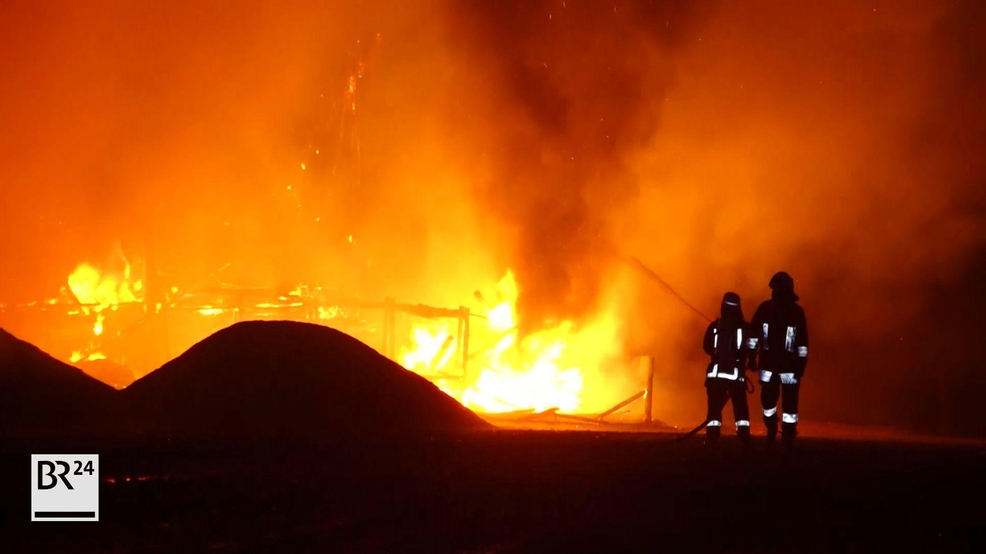 Aus einem Gebäude schlagen Flammen.