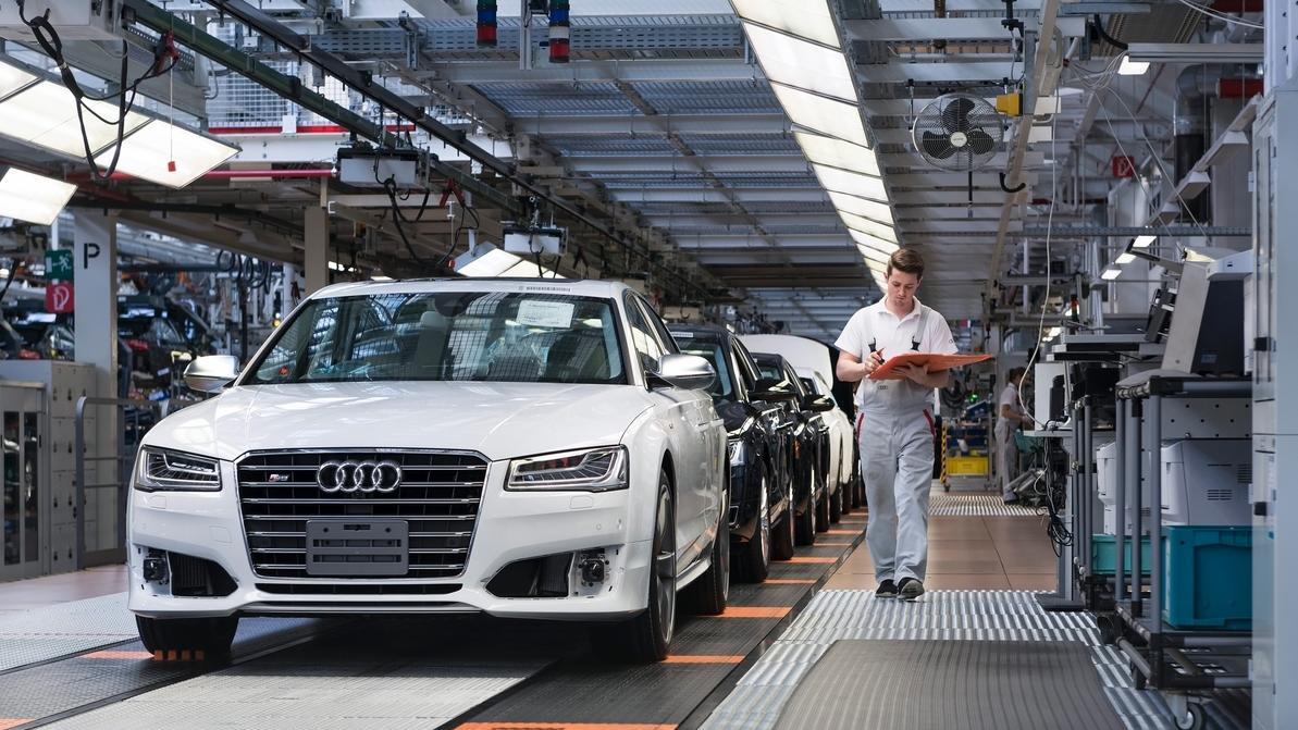 Ein Mitarbeiter der Audi AG führt am Bandende die Erstinbetriebnahme einer A8 Limousine durch