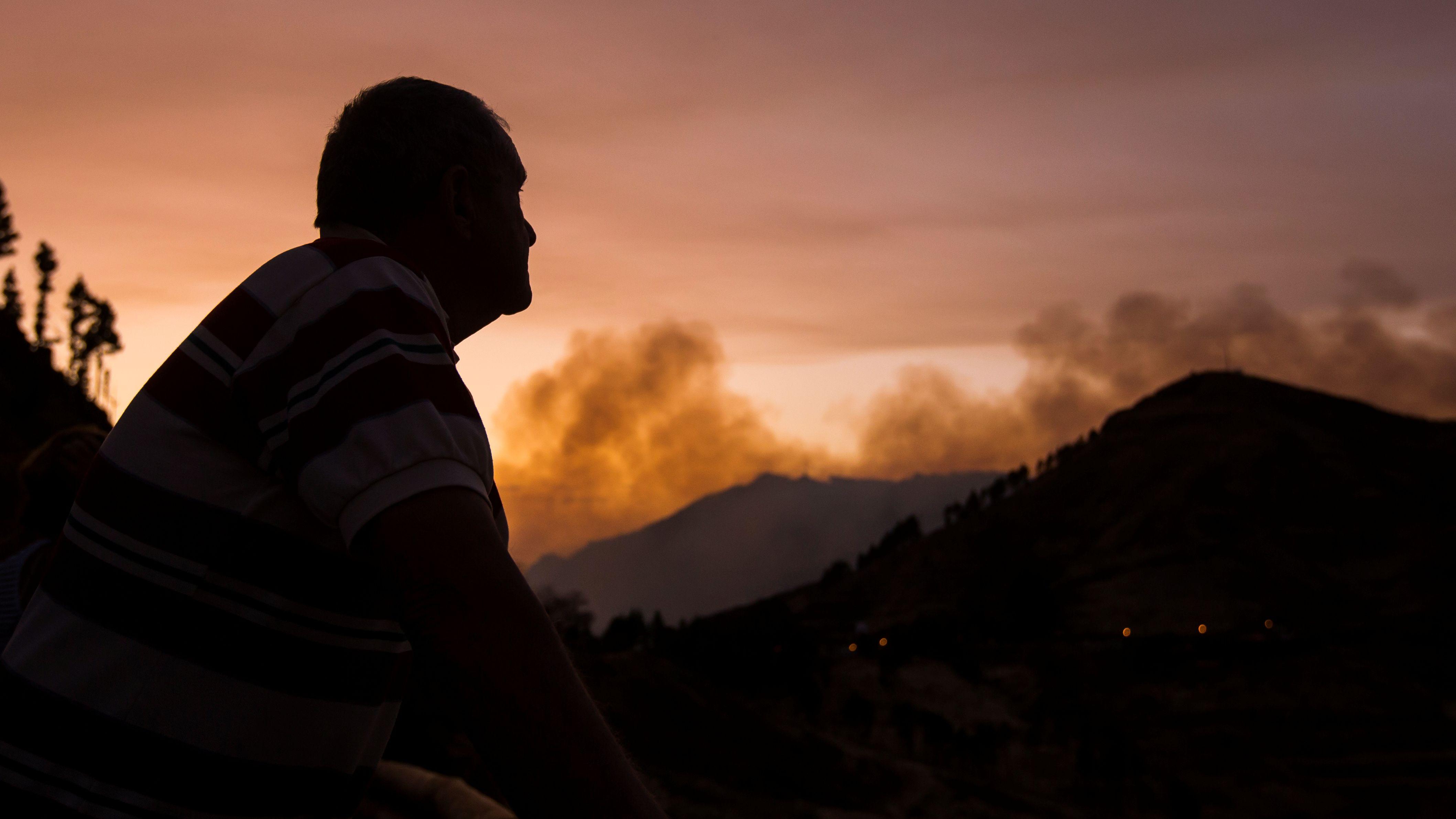 Ein evakulierter Anwohner blickt auf die Waldbrände