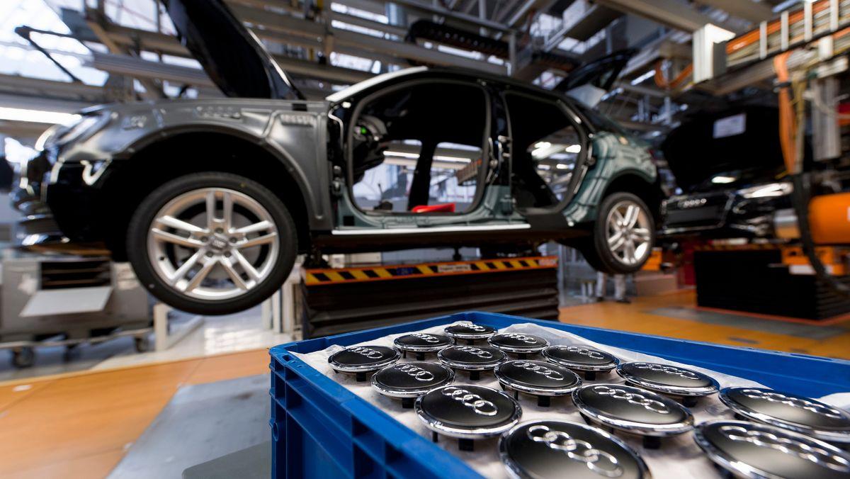 Abdeckkappen für Radmuttern an Fahrzeuge des Tys Audi A3 liegen an der Fertigungslinie im Audi Werk Ingolstadt (Archivbild).