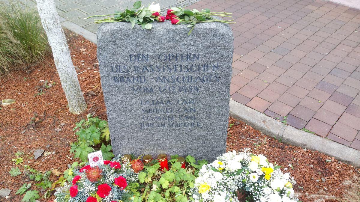 Blumen am Gedenkstein für die Opfer des Brandanschlags von 1988