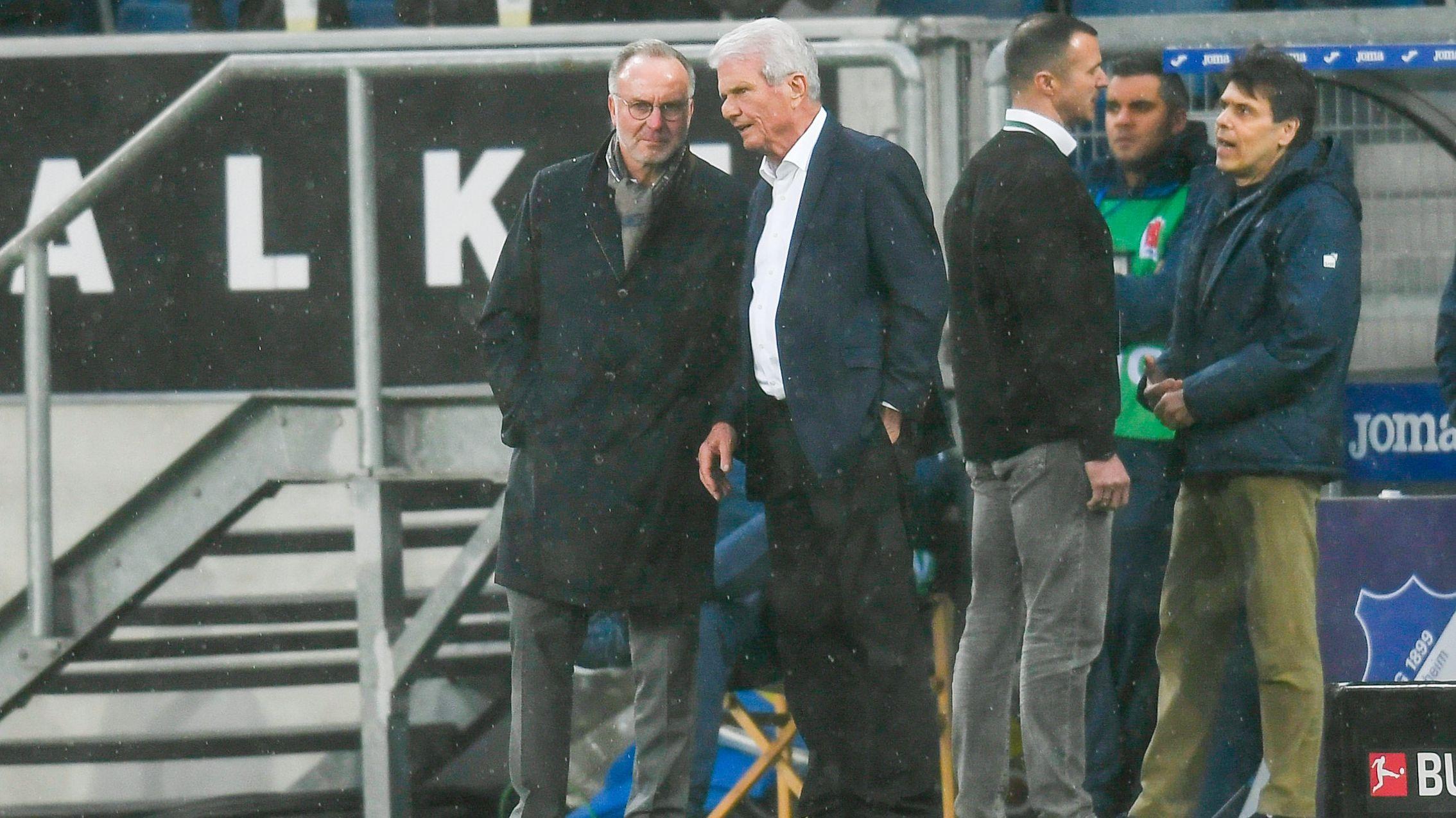 Der FCB-Vorstandsvorsitzende Karl-Heinz Rummenigge und der Hoffenheim-Mäzen Dietmar Hopp stehen nach der Spielunterbrechung an der Seitenauslinie.