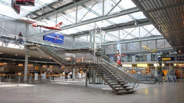 Halle mit Treppe und Flugzeugmodell an der Decke