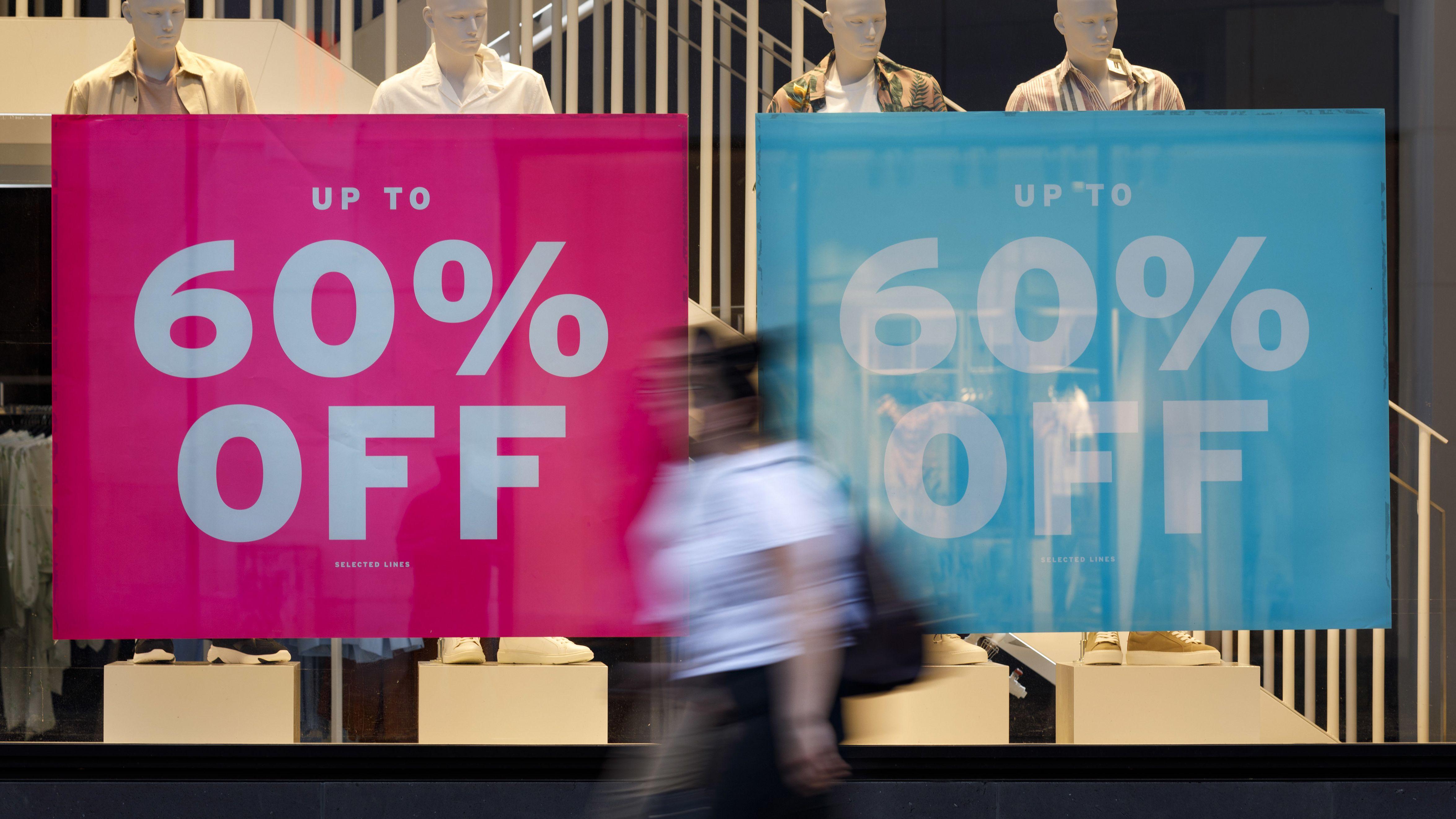 Werbeplakate machen auf Rabattaktionen an einem Kaufhaus aufmerksam