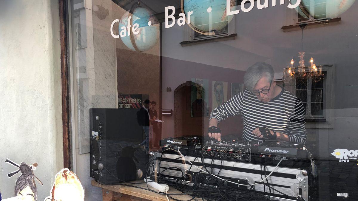 """Professor und DJ Christian Zich im Schaufenster des Cafes """"Sorgenfrei"""" in Deggendorf"""