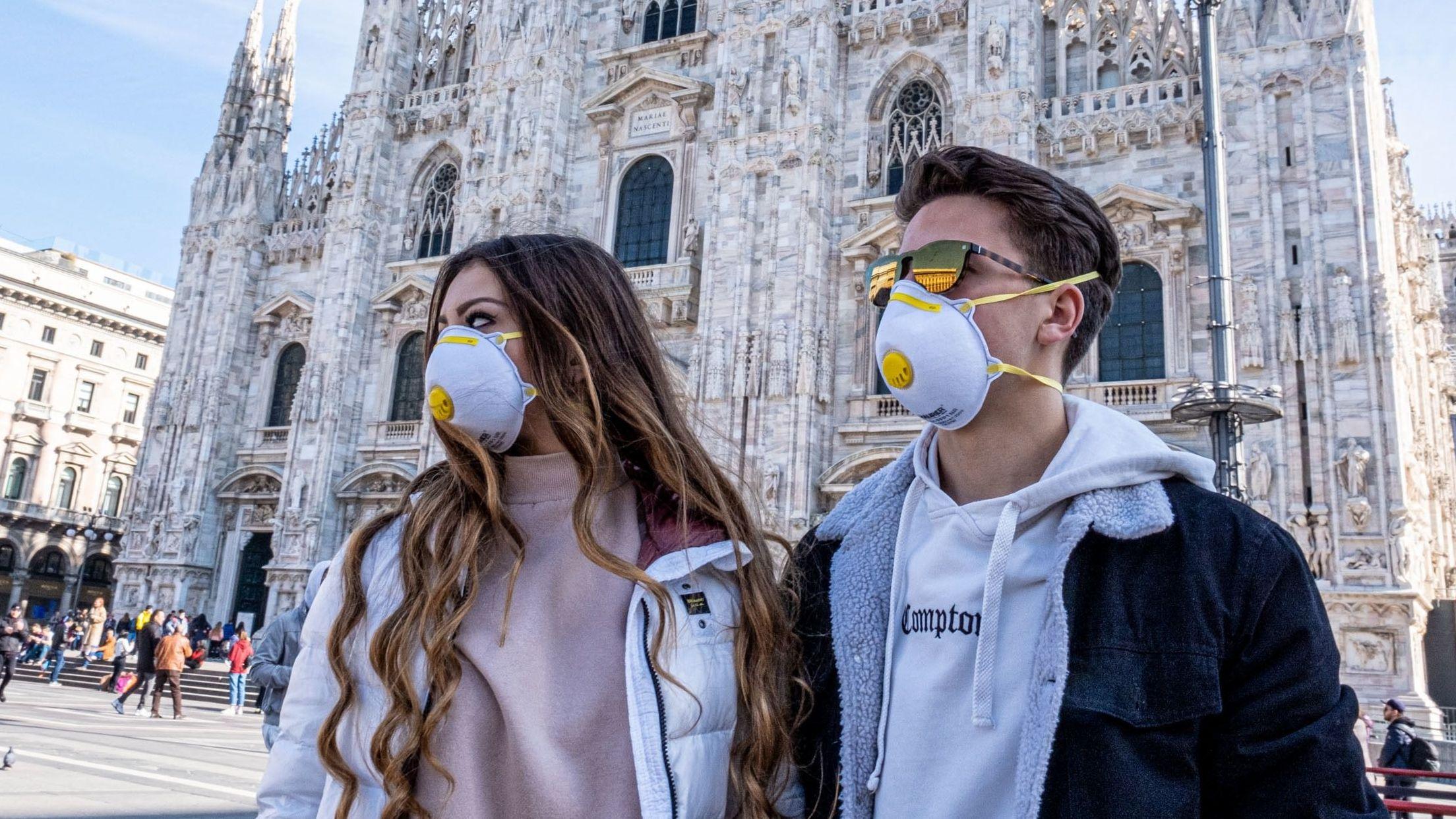 Menschen mit Schutzmasken in Mailand