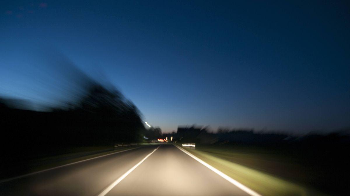 Auto fährt auf einer Landstraße (Symbolbild)