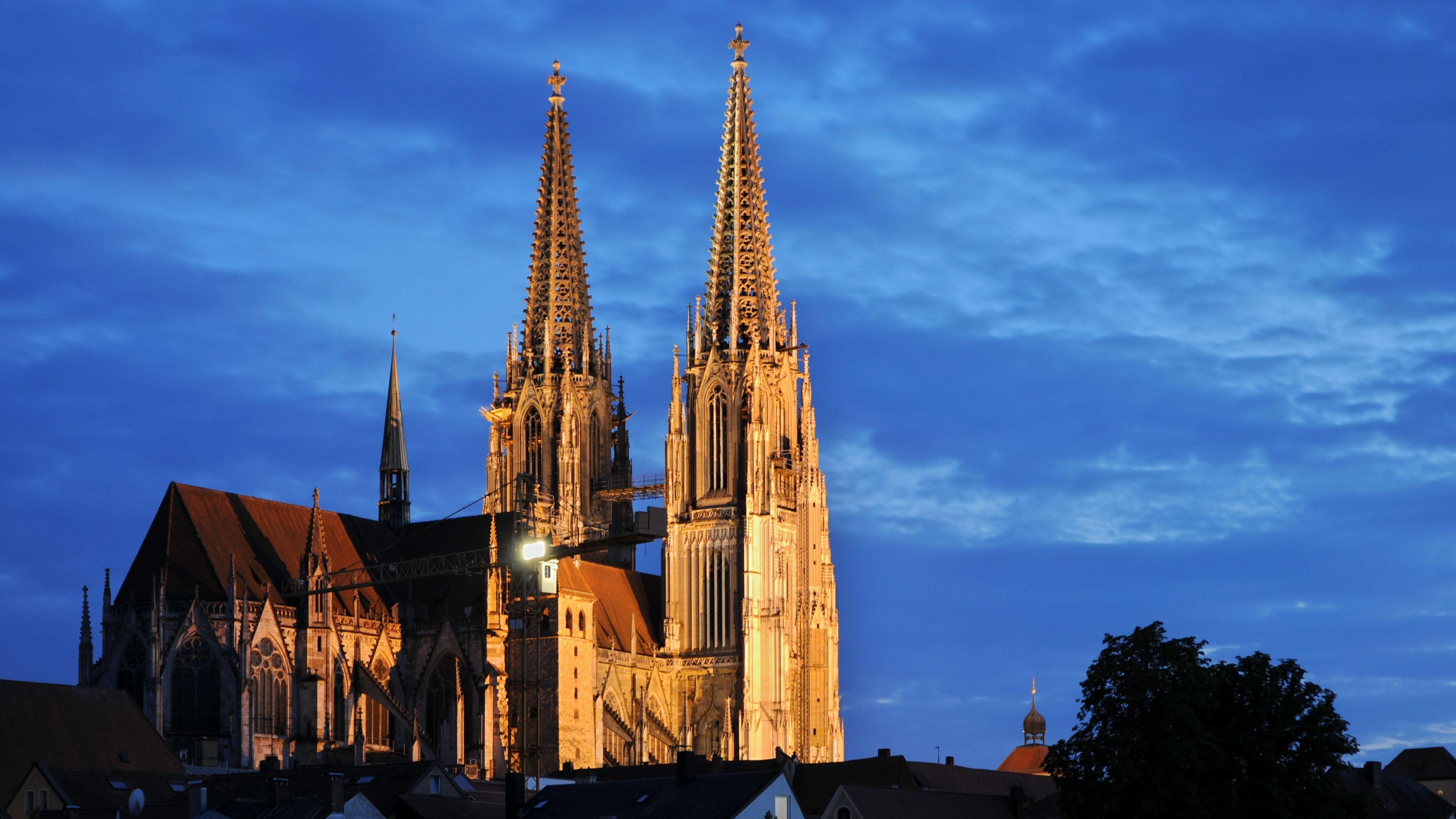 Die beiden Domtürme sin das markante Wahrzeichen von Regensburg: Ihre Helme wurden vor 150 Jahren fertiggestellt.