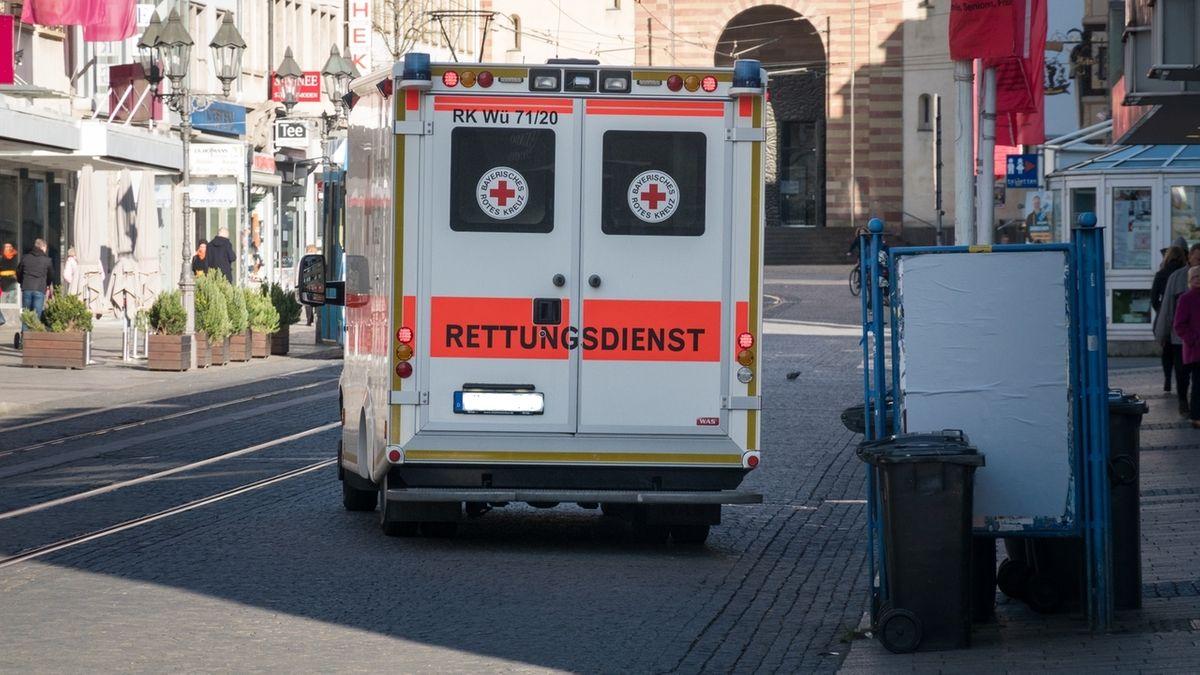 Ein Krankenwagen fährt im März 2020 in der Domstraße in Würzburg.