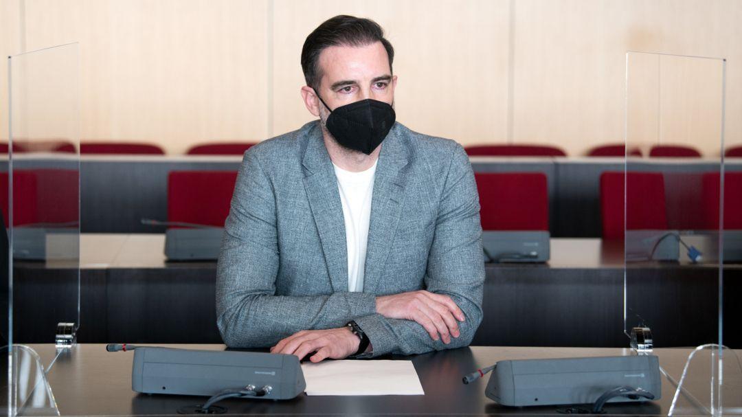 29.04.2021, Düsseldorf: Christoph Metzelder, ehemaliger Fußball-Nationalspieler, sitzt in einem Saal des Amtsgerichts auf der Anklagebank.