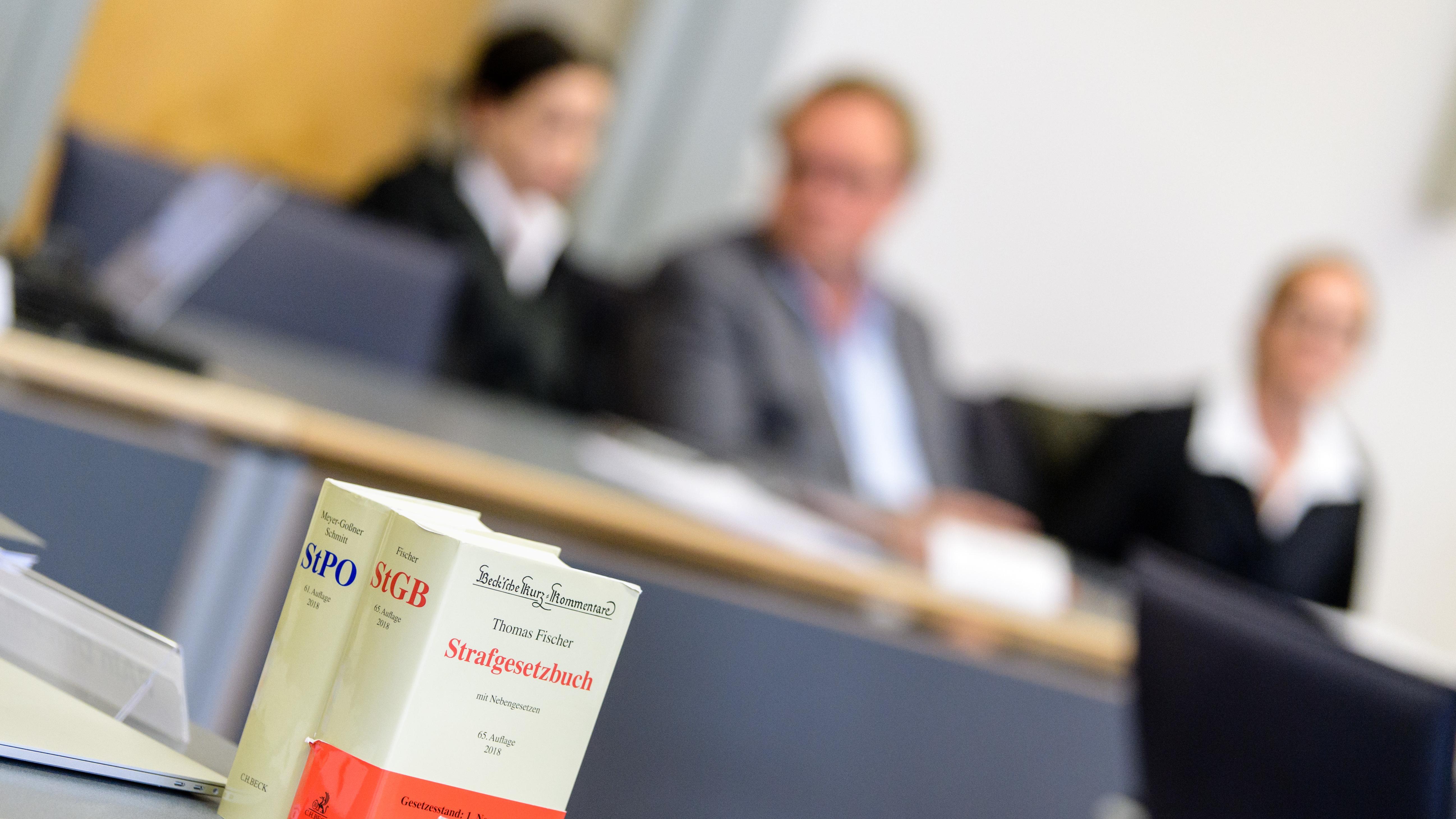 Der Hauptangeklagte im Wahlfälscherprozess von Geiselhöring (Mitte). Im Oktober wird das Verfahren vertagt.