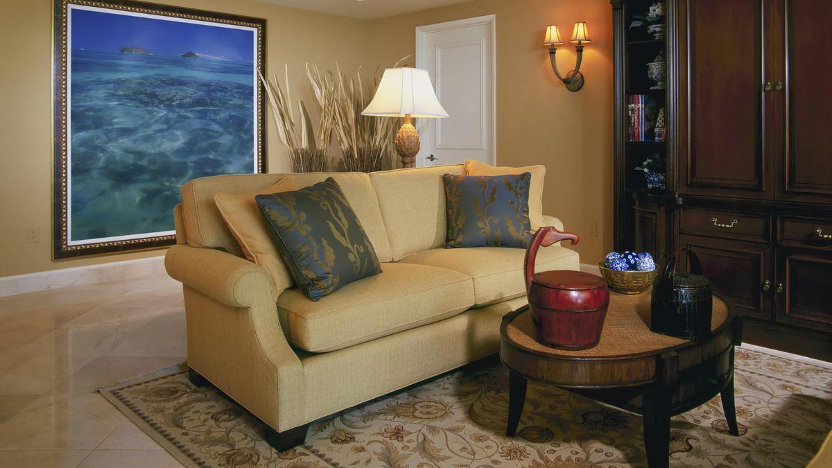 Ein Sofa steht in einem Wohnzimmer