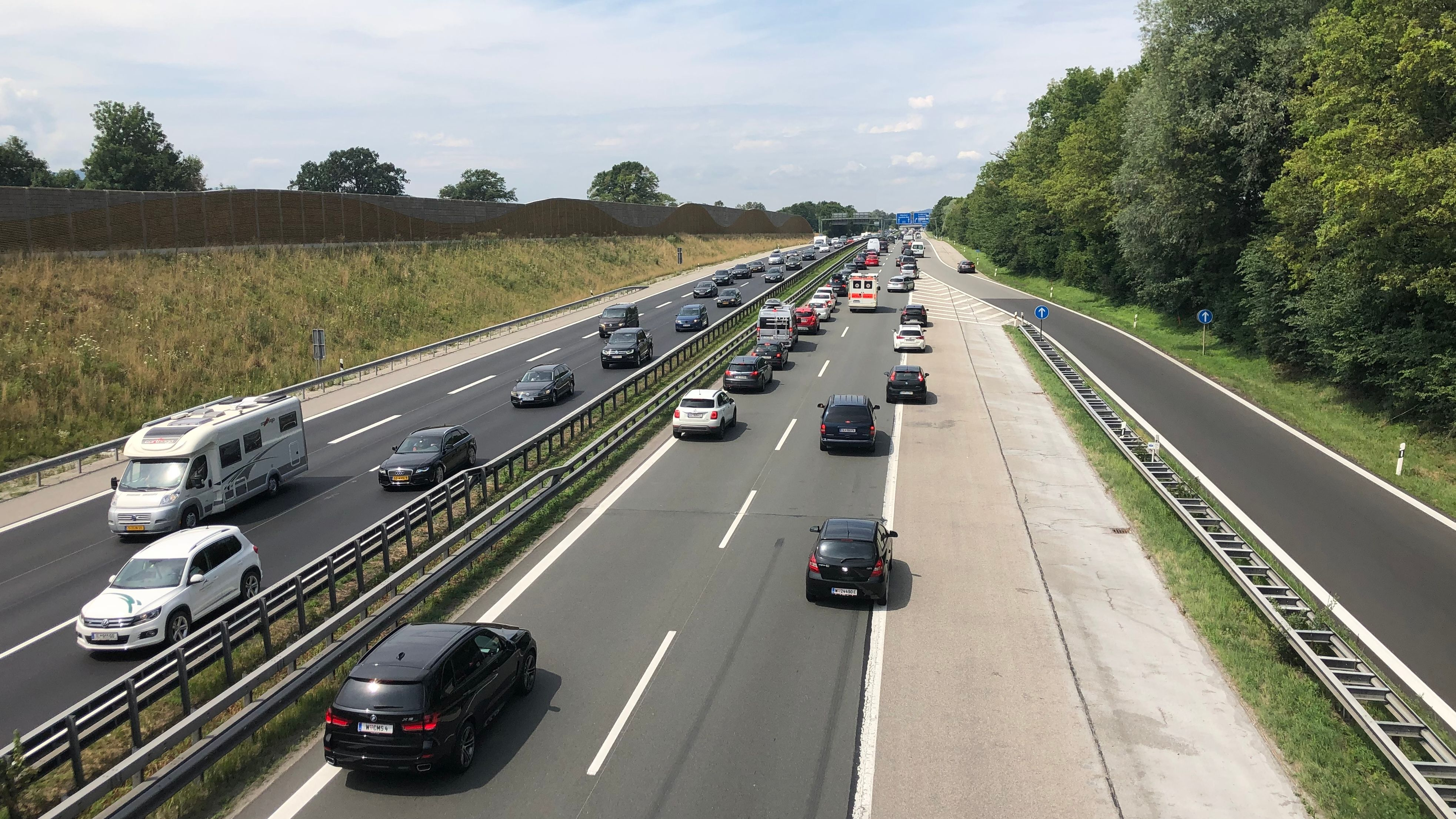 Der Reiseverkehr schiebt sich zähl über die A8 Richtung Süden am 27.07.2019