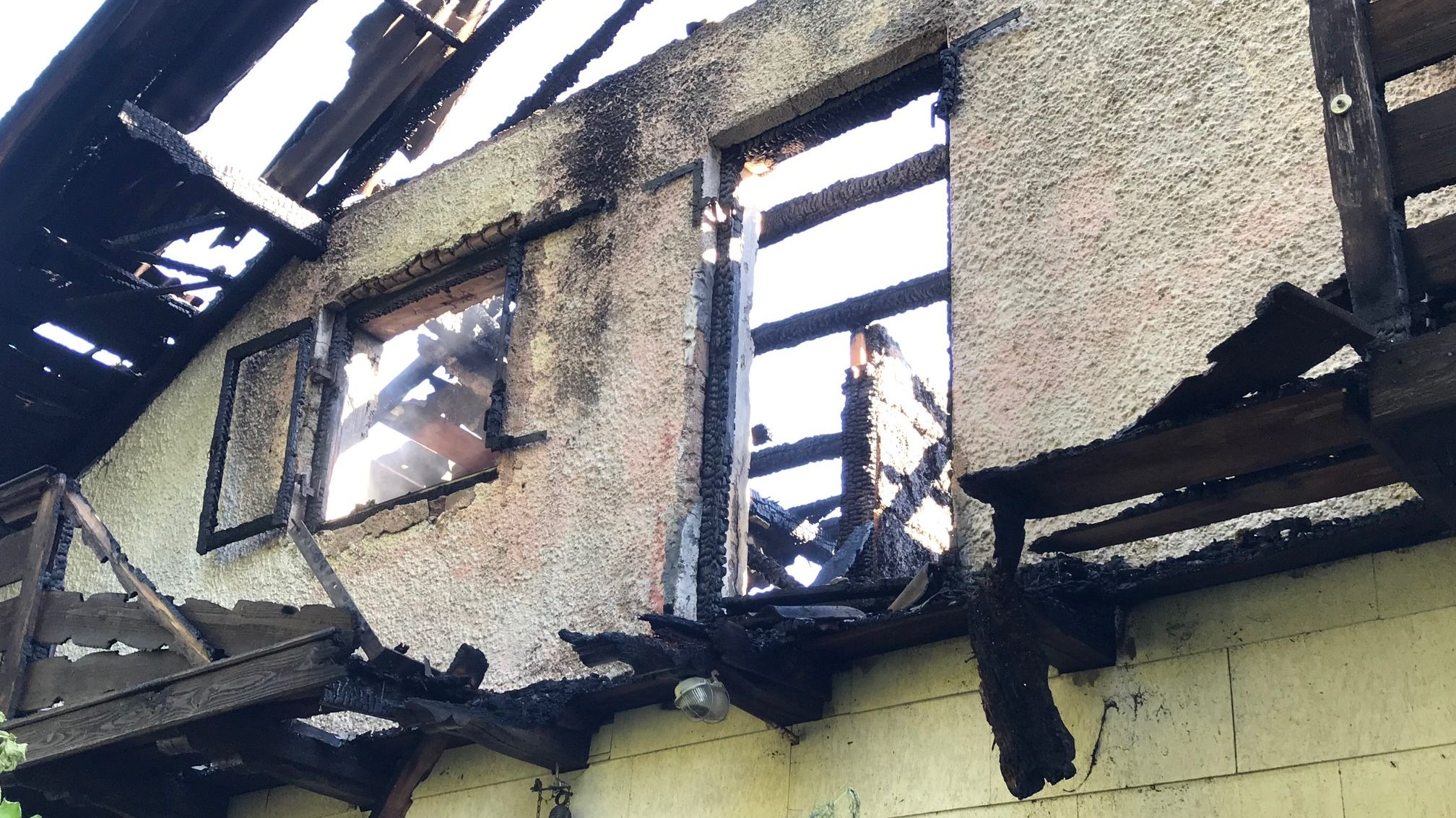 Der völlig zerstörte Dachstuhl des abgebrannten Hauses in Buchbach