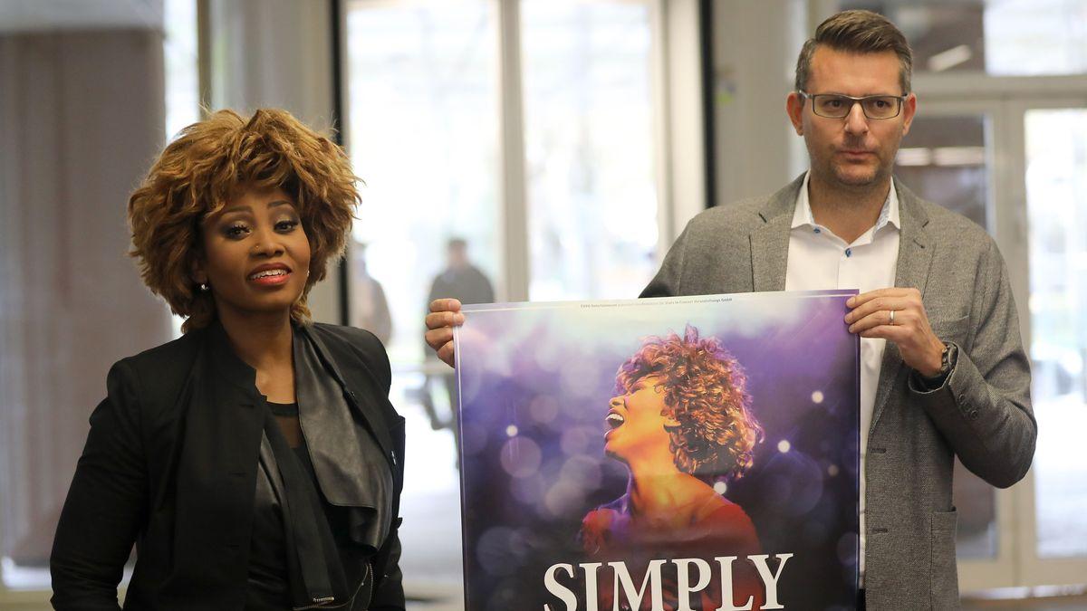 Tina Turner findet, die Sängerin auf dem Plakat eines Passauer Konzertveranstalters sehe ihr zu ähnlich. Mittlerweile wurden die Plakate geändert