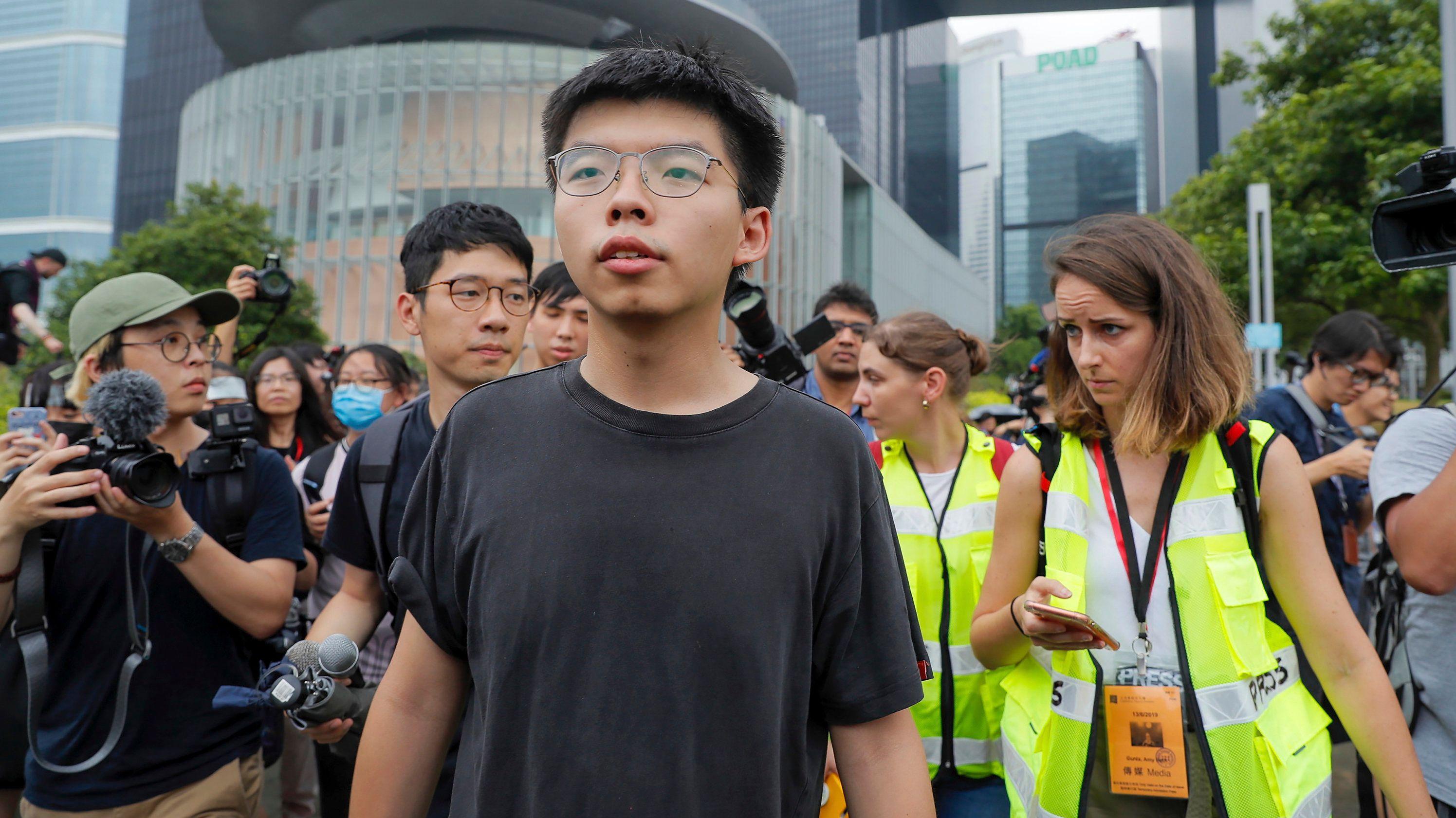 Joshua Wong (M), einer der führenden Köpfe der Demokratiebewegung, geht vor Reportern, nachdem er mit Demonstranten gesprochen hat.