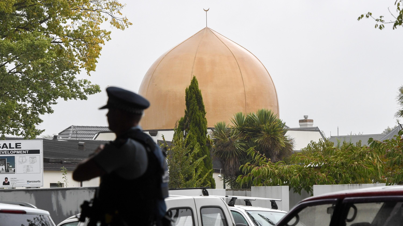 Polizist vor einer Moschee in Christchurch, Neuseeland.