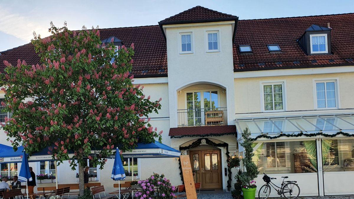 """Der """"Metzgerwirt"""" in Giggenhausen im Landkreis Freising: ein Wirtshaus mit Biergarten und blühender Kastanie."""