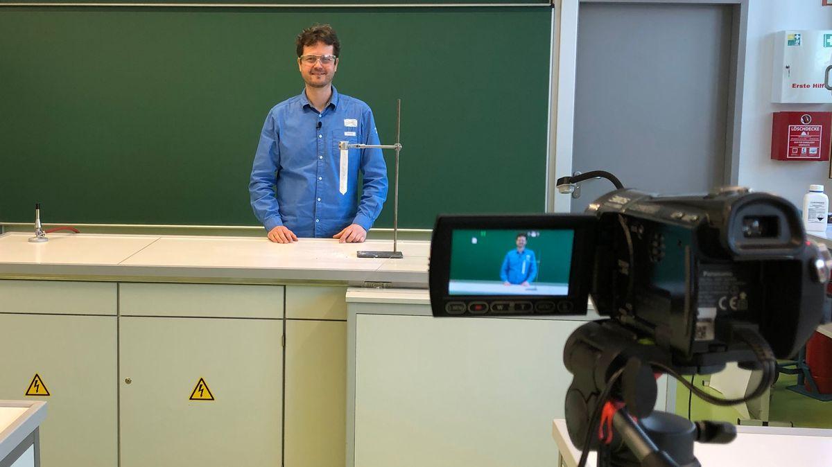 Chemielehrer Dirk Unkauf im Chemielabor der JGS Realschule Feuchtwangen