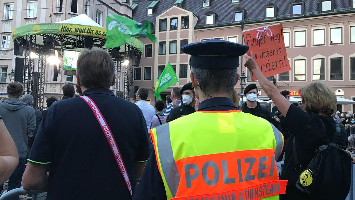 Bei der Wahlkampfveranstaltung der Grünen in Augsburg kam es zu Gegenprotesten.