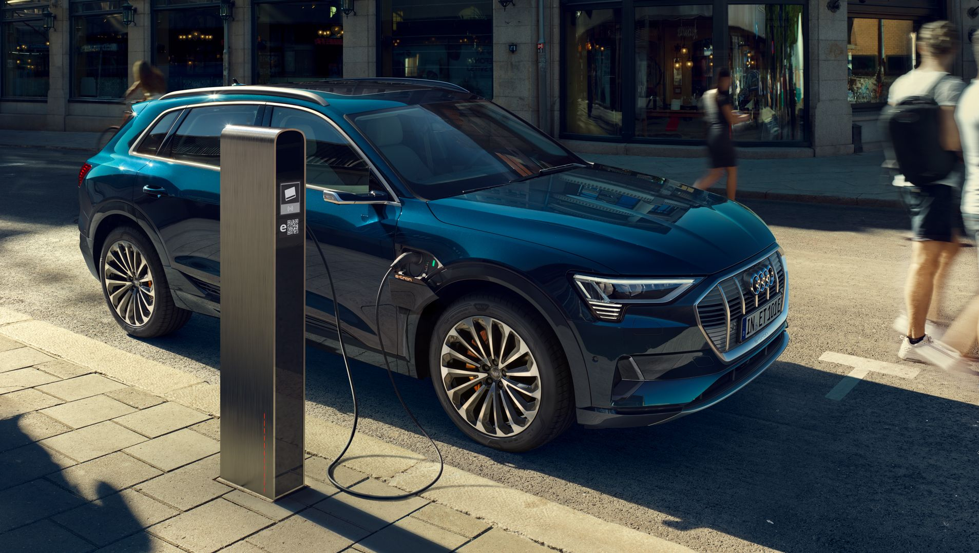 Audi e-tron wird geladen